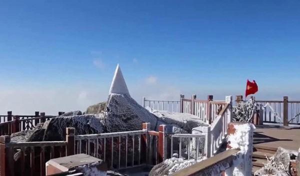 Băng tuyết phủ trắng đỉnh Fansipan do nền nhiệt độ xuống thấp