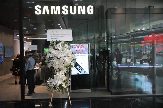 OPPO chơi trội khi gửi hoa chúc mừng đối thủ Samsung ra mắt S20