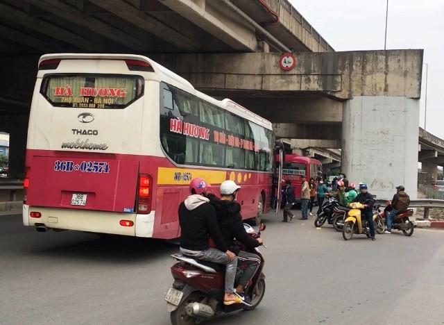 Xe khách đua nhau dừng đón khách trên đường Pháp Vân, đoạn giao ngã ba Trần Thủ Độ