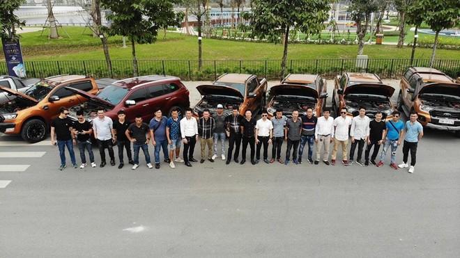 Nhóm khách hàng sử dụng xe Ford Ranger Wildtrak ở Hà Nội nhóm họp phản ánh lỗi chảy dầu với đại diện Ford Việt Nam