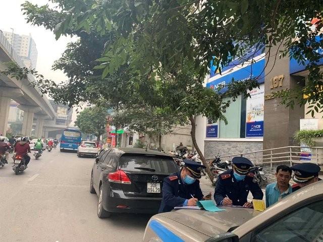 Lực lượng chức năng xử phạt vi phạm trên trục Khuất Duy Tiến - Nguyễn Trãi - Đại lộ Thăng Long