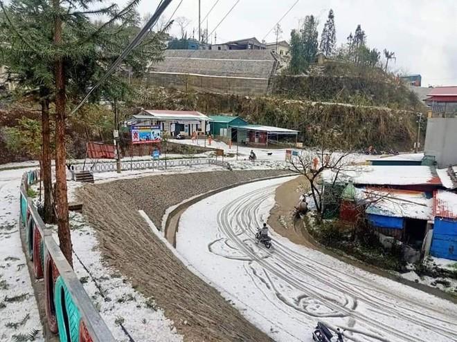 Trong khi đó, sáng nay, mưa đá ở vùng cao nguyên Dào San, Phong Thổ, Lai Châu phủ trắng núi đồi, làng bản
