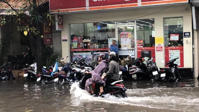 Nhiều tuyến phố ở trung tâm Hà Nội đã biến thành sông sau trận mưa giông dồn dập kéo dài khoảng 1 tiếng chiều nay