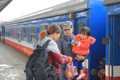 Tiếp viên đường sắt kiểm tra giấy tờ của khách lên tàu