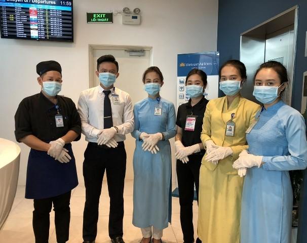 Tiếp viên phục vụ trên các chuyến bay đều được trang bị bảo hộ đầy đủ
