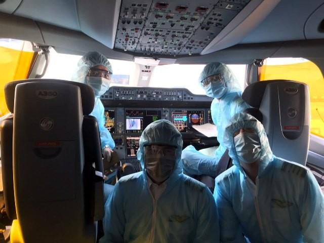 Các phi công của Vietnam Airlines phải mặc đồ bảo hộ riêng, hạn chế tiếp xúc với người lạ trong quá trình bay