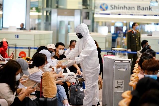 Hành khách đến sân bay Nội Bài phải chờ đợi lấy mẫu xét nghiệm Covid-19 đều được phát suất ăn miễn phí
