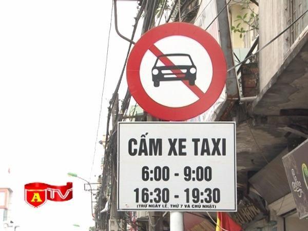 Sở GTVT Hà Nội kiến nghị UBND TP Hà Nội tạm thời dỡ bỏ biển cấm xe taxi, xe hợp đồng dưới 9 chỗ hoạt động