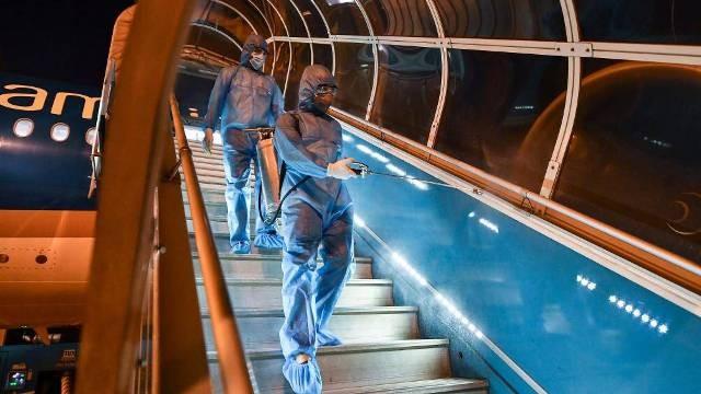 Lối thang lên tàu bay cũng được khử trùng hàng ngày