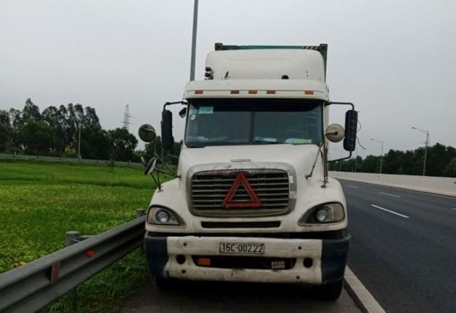 Lái xe container đi lùi 200m trên cao tốc Hà Nội- Hải Phòng đã bị phạt 17 triệu đồng, tước bằng lái xe 6 tháng