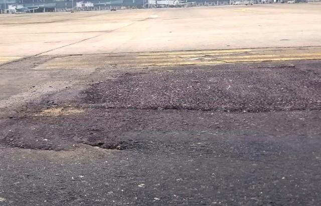 Đường băng sân bay Nội Bài đã hư hỏng nặng, kéo dài nhiều năm nay chưa đượ sửa chữa lớn