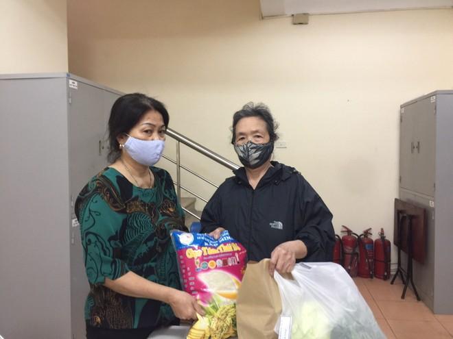 Hộ gia đình bà Phạm Thị Mai, 25 Hàng Vôi, phường Lý Thái Tổ nhận quà hỗ trợ