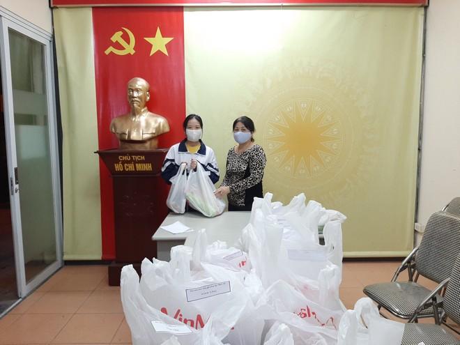 Hộ gia đình bà Phạm Thị Liên, 50 Lò Sũ, phường Lý Thái Tổ nhận quà hỗ trợ