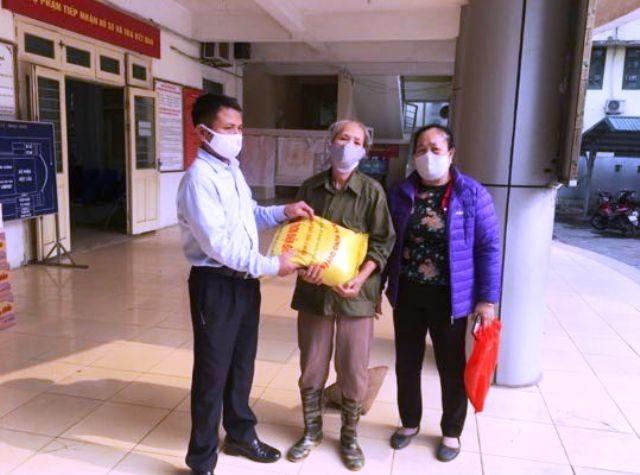 Hộ gia đình bà Nguyễn Thị Ngọ nhận quà hỗ trợ ngày 7/4