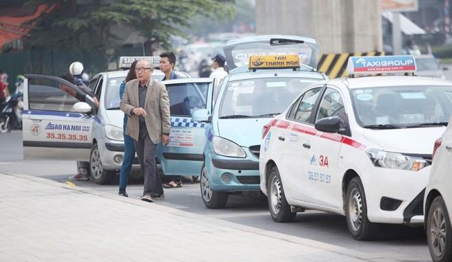 Kiến nghị cho phép taxi Hà Nội và xe buýt được hoạt động trở lại
