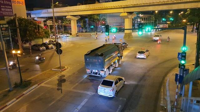 Xe tải chở phế thải xây dựng nhưng che chắn không cẩn thận gây vương vãi, mất vệ sinh môi trường trên phố Trần Phú, Hà Đông