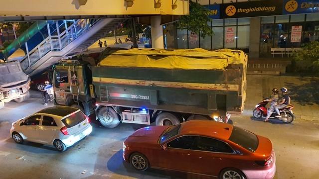 """Xe tải trọng lớn dán logo """"Trường Kỳ"""" hoạt động trên phố Trần Phú, Hà Đông"""