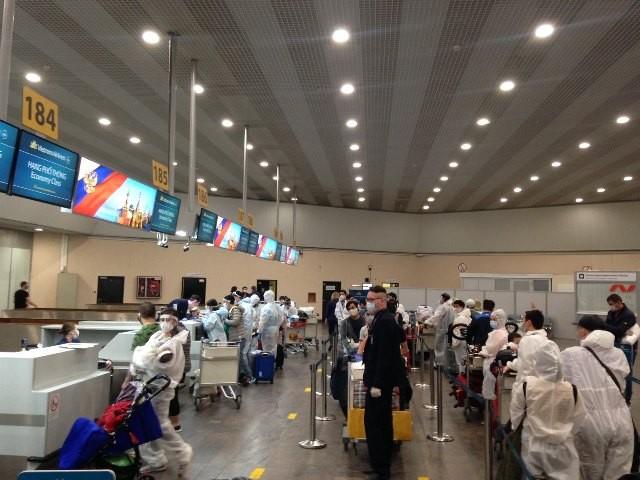 Công dân Việt Nam làm thủ tục tại sân bay ở Moscow, Nga để về nước