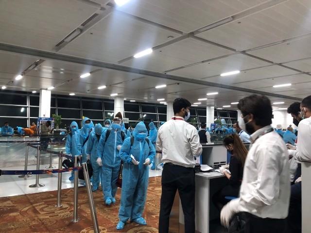 Hành khách làm thủ tục lên tàu bay tại sân bay New Dehli