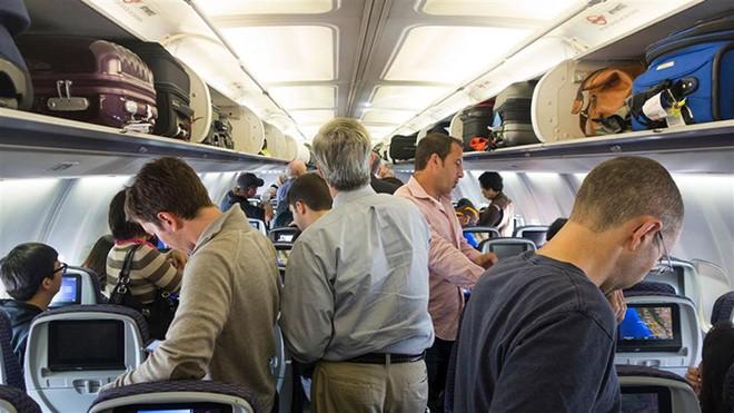 Chỗ để hành lý trên máy bay có hạn, nên hàng không đều quy định về trọng lượng, kích thước của hành lý xách tay