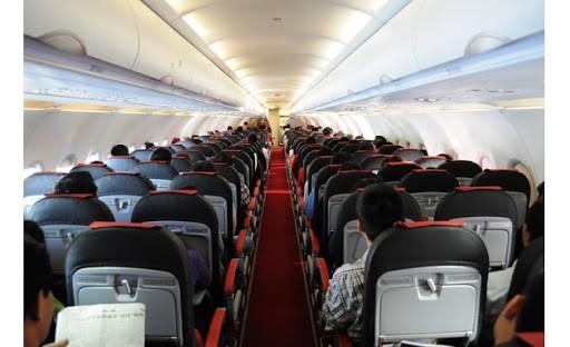 Bị yêu cầu dựng thẳng lưng ghế, một nữ hành khách đã chửi bới, náo loạn trên máy bay