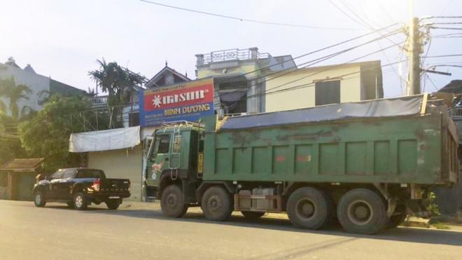 Chiếc xe chở quá tải của Công ty Thương mại và xây dựng Thành Đô chây ì, bất hợp tác trong 8 tiếng đồng hồ