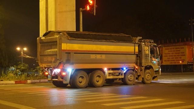 Về đêm, xe chở quá tải vẫn hoạt động khá nhộn nhịp trên nhiều tuyến đường quận Hà Đông
