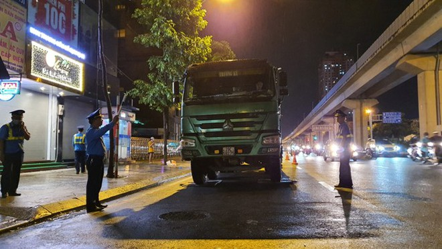 Một xe tải của Công ty Trường Kỳ bị lực lượng Thanh tra GTVT quận Hà Đông kiểm tra, phát hiện chở quá tải và không có Giấy phép nhưng vẫn đi vào phố cấm