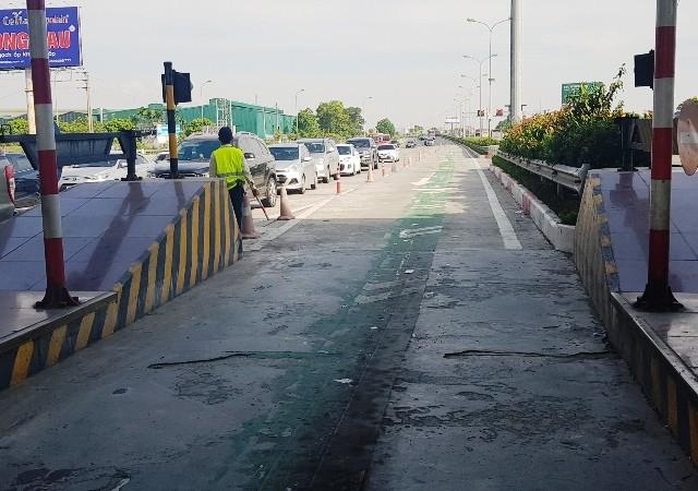 Làn xe được kẻ bằng sơn màu xanh là làn dành cho các phương tiện sử dụng ETC khi qua trạm thu phí trên cao tốc Pháp Vân- Ninh Bình