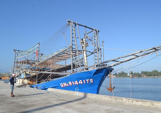 Tàu cá của ngư dân Việt Nam hoạt động đánh bắt ở khu vực quần đảo Hoàng Sa hay bị tàu phía Trung Quốc xua đuổi, quấy phá thậm chí là đâm va