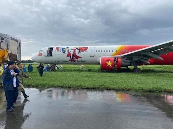 Hai phi công bị tịch thu bằng lái sau sự cố máy bay Vietjet hạ cánh trượt khỏi đường băng