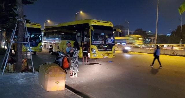 Xe khách của nhà xe Trần Anh, hoạt động rầm rộ hàng ngày ở 12 Phạm Văn Đồng