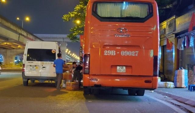 Xe khách của Công ty Vận tải Thanh Xuân vào tận Khuất Duy Tiến hoạt động lấy hàng, đón khách