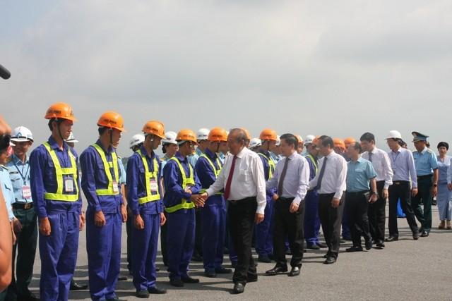 Phó Thủ tướng Thường trực Trương Hòa Bình động viên cán bộ, công nhân viên tham gia Dự án cải tạo, nâng cấp sân bay Nội Bài