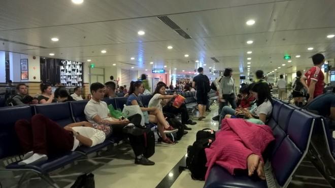 Gia tăng tình trạng chậm, hủy chuyến bay khiến người dân phải vạ vật ở các sân bay