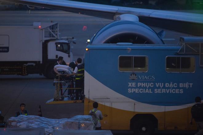 Phi công người Anh được đưa lên chuyến bay VN280 ra Nội Bài để nối chuyến đi Anh