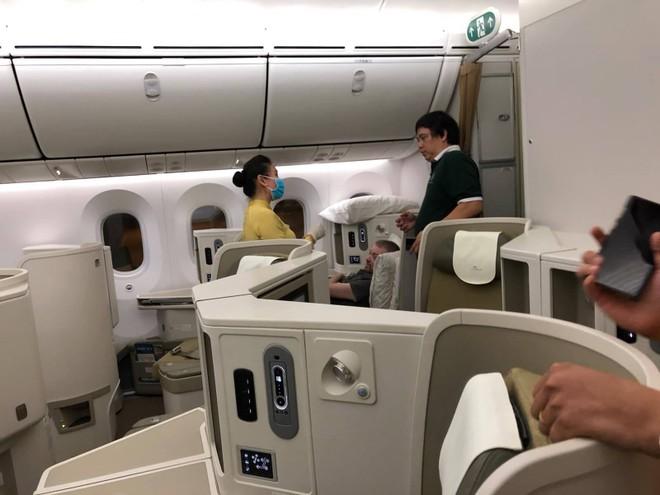 Phi công người Anh được ngồi ở khoang hạng thương gia trên cả chuyến bay ra Hà Nội và chuyến bay đi Anh