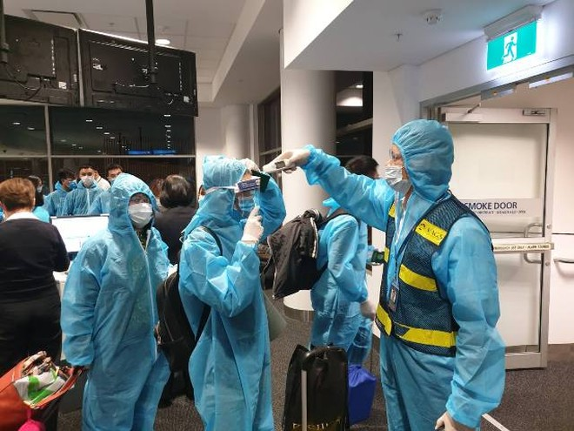 Công dân Việt Nam tại Úc làm thủ tục lên chuyến bay về nước