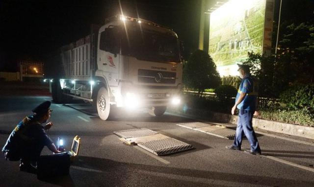 Lực lượng chức năng kiểm tra xe quá tải trên địa bàn quận Hà Đông