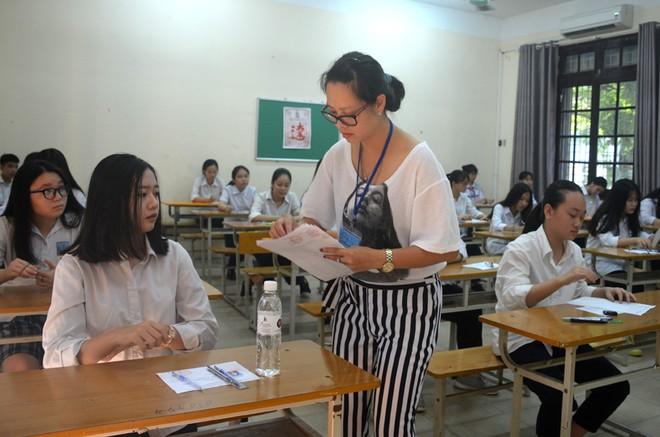 Thời tiết nắng nóng gay gắt trong kỳ thi tuyển sinh lớp 10 tại Hà Nội