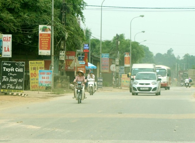 Dọc quốc lộ 32 tình trạng vi phạm hành lang ATGT diễn ra phổ biến