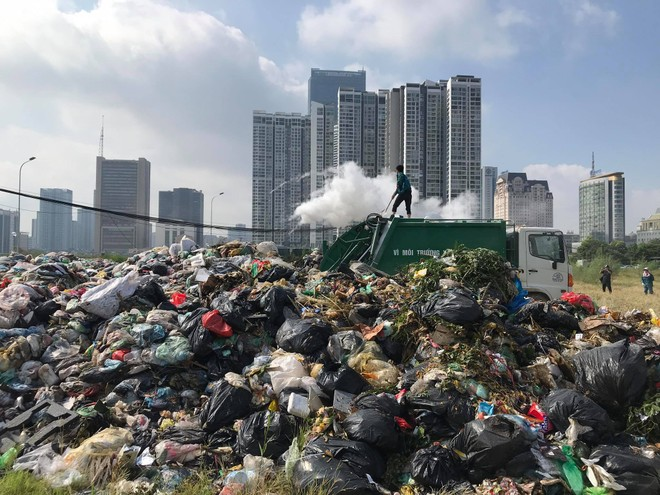 Rác thải ngập trên địa bàn Hà Nội sau 4 ngày người dân Sóc Sợn chặn xe chở rác ra vào Khu xử lý rác thải Nam Sơn