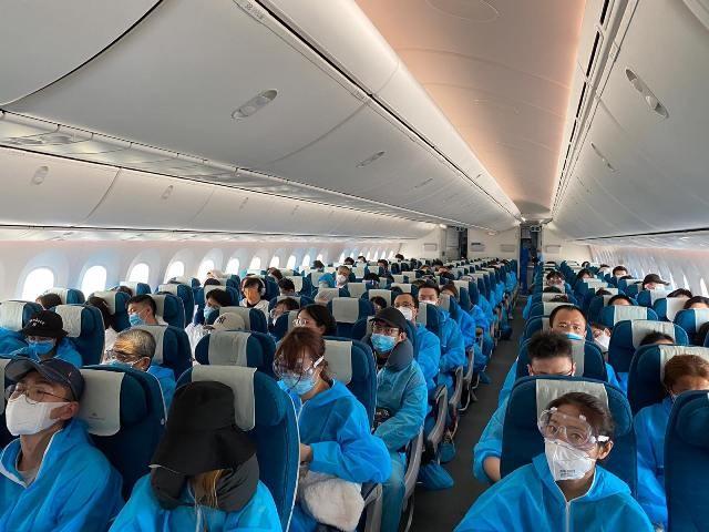 Hành khách trên chuyến bay đi Nam Kinh, chuyến bay quốc tế đầu tiên do hàng không Việt Nam thực hiện sau 5 tháng tạm dừng vì Covid-19