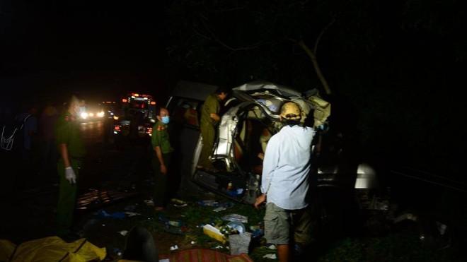 Hiện trường vụ tai nạn xe khách và xe tải đâm nhau làm 8 người chết