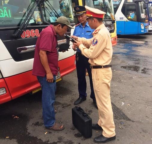 Lực lượng chức năng kiểm tra nồng độ cồn và xét nghiệm ma túy với lái xe tại bến Nước Ngầm, Hà Nội