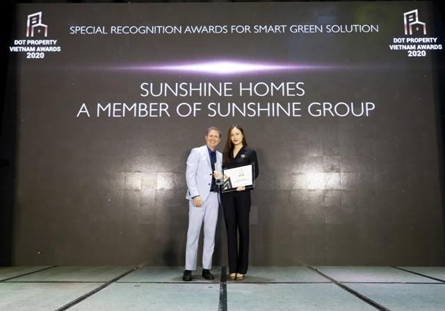 """Bà Đỗ Hồng Nhung - Tổng Giám đốc Sunshine Sài Gòn đại diện Sunshine Homes nhận """"Giải thưởng công nhận đặc biệt cho giải pháp xanh - thông minh 2020"""" tại DOT Property Vietnam Awards 2020"""