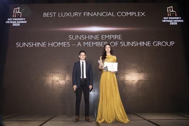 """Hoa hậu Lương Thùy Linh thay mặt Tập đoàn Sunshine nhận giải thưởng """"Tổ hợp tháp tài chính tốt nhất Việt Nam 2020"""" dành cho dự án Sunshine Empire."""