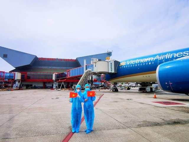 Tổ bay Vietnam Airlines tại sân bay La Habana (Cuba) để đưa công dân Việt Nam về nước