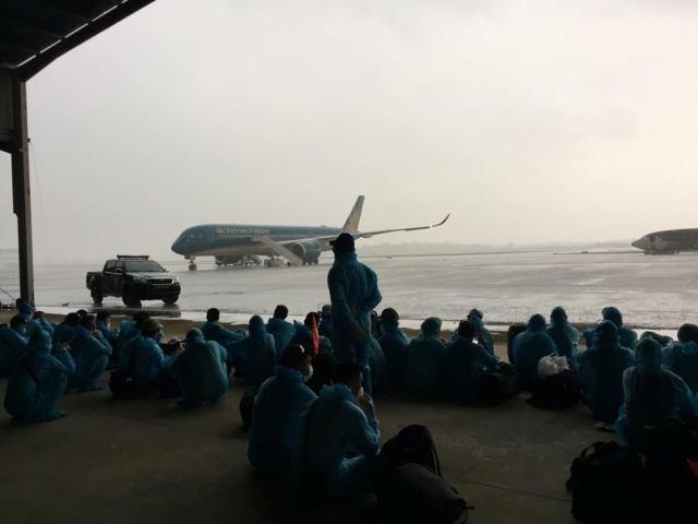 Công dân Việt Nam ngồi chờ tại sân bay Bata- Guinea Xích đạo để chuẩn bị lên máy bay về nước