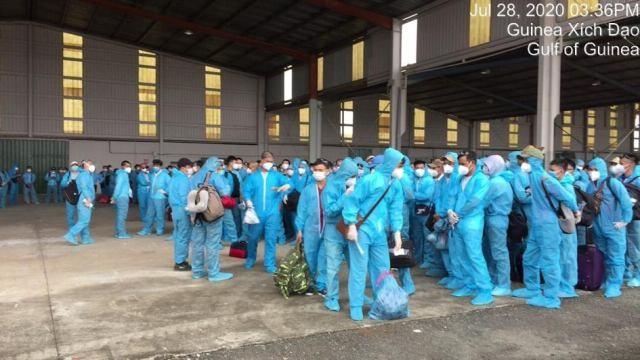 Toàn bộ 219 công dân được trang bị đồ bảo hộ trước khi ra sân bay